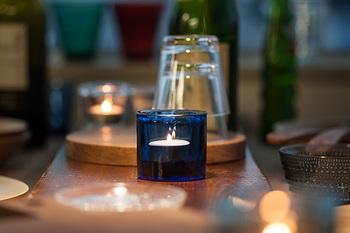 """イッタラ×マリメッコのキビキャンドルホルダー。フィンランド語で""""宝石""""を意味する「キビ」。キャンドルに火を灯すと、まるで宝石のように輝き、ゆらめくキャンドルの光が癒しの時間を与えてくれます。"""