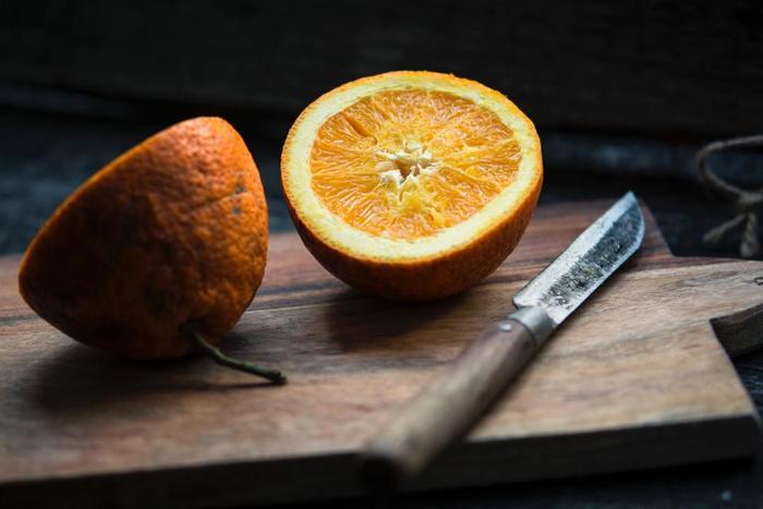 メインの1本の他に、二番手に揃えておきたいのがペティナイフ。小さく、用途が幅広いのでテーブル上で活躍することも多い筈です。そんな出番の多いペティナイフは機能だけでなく、見た目にもこだわってみたいですね。テーブル上やキッチンに映える、素敵なペティナイフをご紹介します。