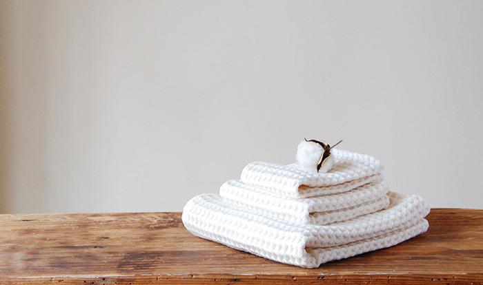 表面はさらりとしたガーゼ。裏面は柔らかなパイルで作られたワッフルタオル。立体感のある凹凸が気持ち良く、吸収性、通気性、速乾性に優れた実用的なタオルは、何枚でも揃えておきたくなるはずです。