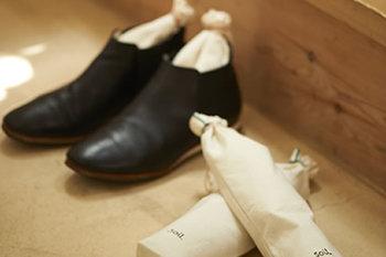 吸湿性の高い石川県産の珪藻土に炭を加え、脱臭効果をプラスした吸湿脱臭剤。soilのロゴが印字された綿素材の可愛い巾着袋付きです。通勤・通学で履いている靴に入れれば、玄関もスッキリと爽やかに。