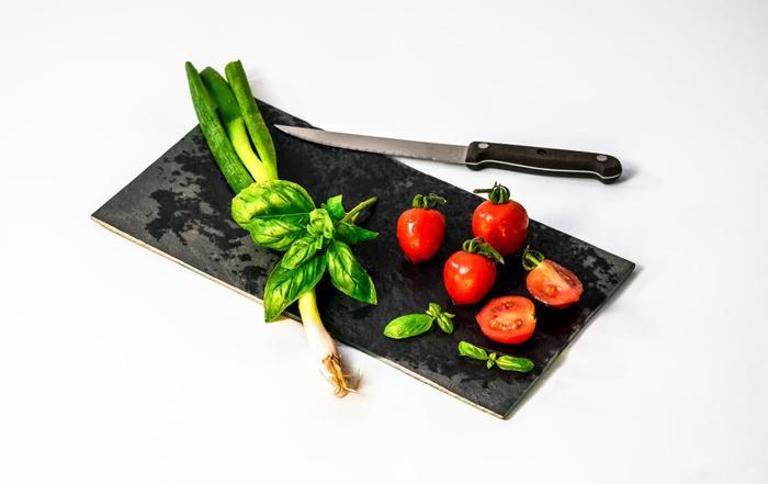 ペティナイフの「ペティ」とは小さいと言う意味で、刃渡りは11cm~15cmの小ぶりなナイフを指します。用途は主に野菜や果物の皮を剥いたり、面取りや飾り切りなど、細かな作業に適しています。