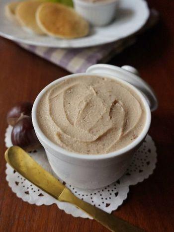 茹でた栗と牛乳と生クリームで作る栗ペースト。まろやかな舌触りに思わずウットリ。お砂糖は控えめなので栗本来の甘さが楽しめます。そのままはもちろん、パンケーキといったお菓子などにも使える万能ペーストです。