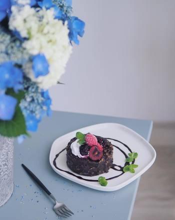 フォンダンショコラのトップにフルーツを飾ったら、おめかし完了。チョコレートソースでプレートにお絵かきしてあげると、さらにワンランクアップの仕上がりになります。フルコースをいただいたあとの、ゴージャスなスイーツのようにも見えますね。