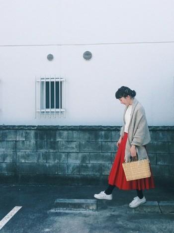 シンプルなしろのバスクシャツに、たっぷりした印象のスカートを合わせて。ラプアンカンクリのストールを羽織って、寒い夜も安心です♪