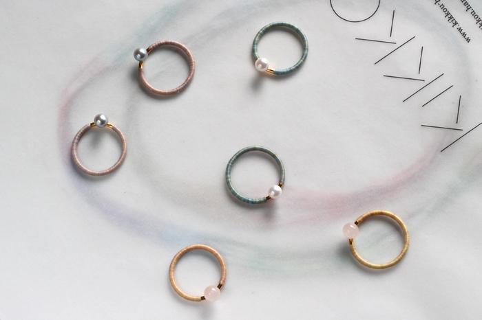 ムラ染めされた糸がぐるぐる巻きつけられたリングに、小さく輝くパールがちょこんと乗ったリング。