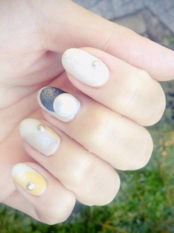 淡いカラーで彩られた丸モチーフネイル。小さなパールと大きなパールが指先にアクセントをプラス。とても可愛らしく、真似したくなるパールネイル。