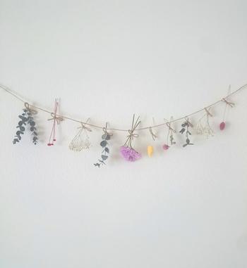 キュートなお花たちが飾られたガーランドもかわいい。ナチュラルに素敵なお部屋を演出できますね♪