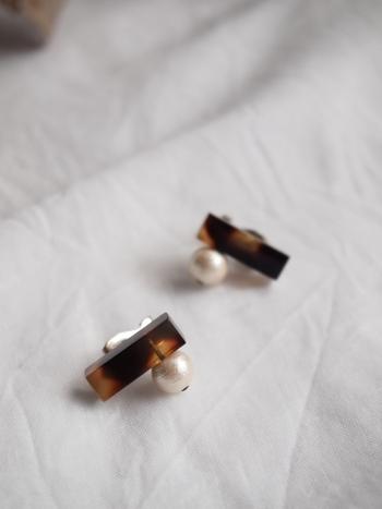 「めがねのまち」福井県鯖江市で生まれた、メガネの端材を利用して作られたイヤリング。 深みのあるべっ甲色は、秋ファッションと相性抜群です。