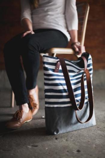 ボーダー×レザーのトートバッグは、マリンのイメージ強いボーダー柄も革のハンドルタイプなら秋らしい雰囲気で持つことができます。バッグの持ち手と合わせて、シューズやアクセサリーをリンクさせればよりシックな雰囲気に。