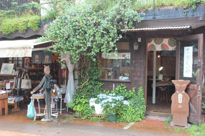 江戸時代には、中仙道の宿場町として栄えており、今でも歴史を感じる建物や観光スポットが多く点在しています。木立に囲まれた美しい建物、教会、趣のある宿泊施設やおしゃれなカフェなど多く、四季を通じて多くの観光客で賑わっています。