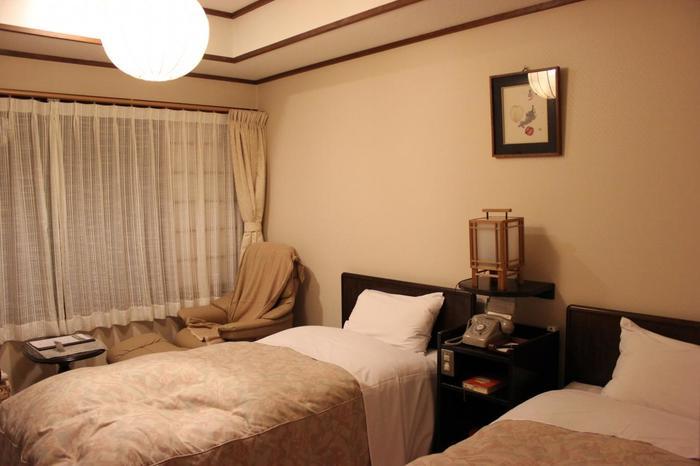 本館には座り心地の良さで知られているエコーネス社のリクライニングチェアや、寝心地の良いシモンズ社のベッドが入った和洋室もあります。現代の快適さと、昭和初期の家具や調度品がうまく解け合った部屋は身も心もくつろげそう。
