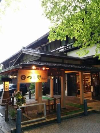 旧軽井沢ロータリーから、ショッピング街を通り5分ほどの距離に位置するつるや旅館は、周囲を美しい緑に囲まれています。創業は江戸時代初期と歴史ある日本旅館は、西洋の趣も館内随所に漂い、古き良き旧軽井沢を感じる施設としてリピーターも多い宿です。