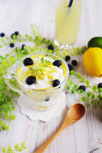 ヨーグルトとはちみつ、カステラを交互に重ねていくトライフルは簡単にできるのに、豪華に見えるという忙しい朝にもぴったりなお手軽レシピです。トッピングした千切りレモンが爽やかでとてもキュートです。
