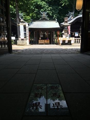 日本三大熊野のひとつであり、県境にある神社としても有名な熊野皇大神社は、本宮の中心が長野県と群馬県の境になっているんです。