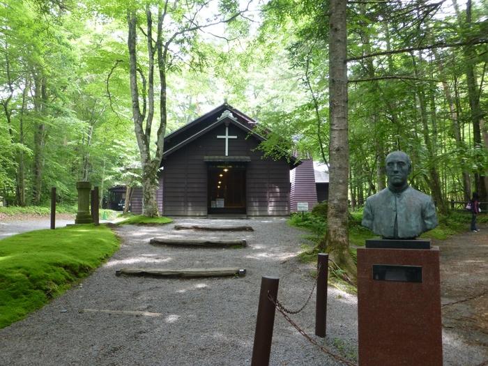 """緑の木立に囲まれた「音羽の森・ショー記念礼拝堂」は、軽井沢の父""""と呼ばれていた英国国教会の司祭アレキサンダー・クロフト・ショー宣教師により1895年に創設された軽井沢で最も古い教会です。"""