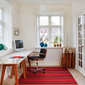 お部屋の雰囲気をガラッと変えたいなら、面積の大きいラグを取り入れてみて。こちらは、デンマーク発のデザインラグブランド「FABULA LIVING(ファビュラ リビング)」のウールラグ。鮮やかなカラーが目を惹くストライプ柄にも、どこか北欧らしいあたたかみが感じられます。