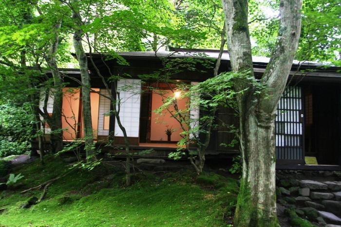 大正期から昭和中期にかけて活躍した詩人であり小説家である室生犀星氏。軽井沢に魅了された犀星氏は亡くなる前年の昭和36年まで約40年間、毎夏軽井沢の別荘で過ごしていました。その昭和6年に建てられた別荘を改修した記念館は軽井沢の自然豊かな木立の中にあり、美しい苔の庭の緑に心が和みます。
