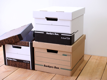 アメリカ「Fellowes(フェローズ)」社のバンカーズボックス。その洗練されたデザインから、アメリカ映画のオフィスシーンで度々登場するほどの定番収納ボックスです。素材は紙ですが、丈夫なので多少重い物を入れても大丈夫。これなら、床に重ねたり並べたりしてもインテリアとして素敵です。あえてデザイン違いでそろえるのもいいですね。