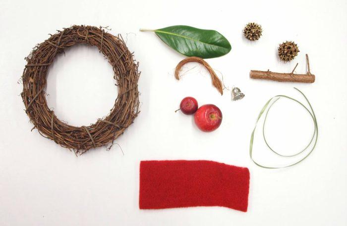 【材料】 ・リースベース(市販のものでも◎) ・タイサンボクの葉 ・フウの実 ・木の枝 ・姫リンゴ ・赤のフェルト ・リボン  他にもお好みの素材や木の実をプラスしてもOK
