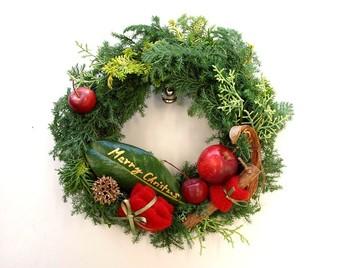 ヒムロスギ、ヒバなどの針葉樹を使った、クリスマスらしさいっぱいのリースの作り方です。