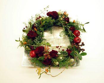 生花で作る、クリスマス用のテーブルリースの作り方です。