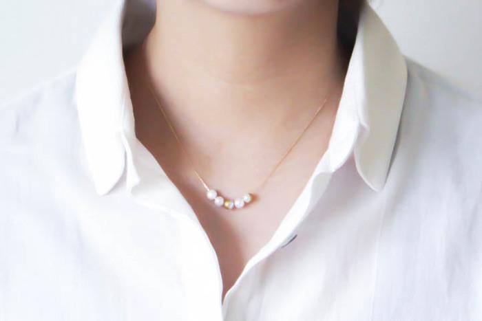 """""""月の満ち欠け""""をイメージした、アコヤパールに蒔絵を施した上品なネックレス。凛とした存在感で、甘さとスタイリッシュな雰囲気のバランスが絶妙なネックレスです。"""