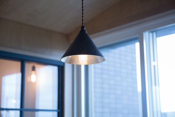 """富山県高岡にて明治30年に創業した真鍮の鋳物メーカー""""FUTAGAMI""""が手がけた『無垢の真鍮』で作られたペンダントランプ。無骨ながらも柔らかで優雅な佇まいのランプは、どんなインテリアにも溶け込む不思議な存在感を放ちます。メッキや塗装などをしない真鍮で作られているので、使えば使うほどに味わい深さを増していきます。"""