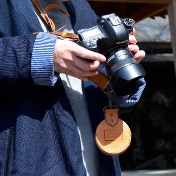 旅の必需品、カメラ。ついつい夢中になって、カメラのふたが行方不明!なんてことにならないように、カメラストラップにぶら下げておきましょう!可愛らしく、便利なケースがあると安心ですね。