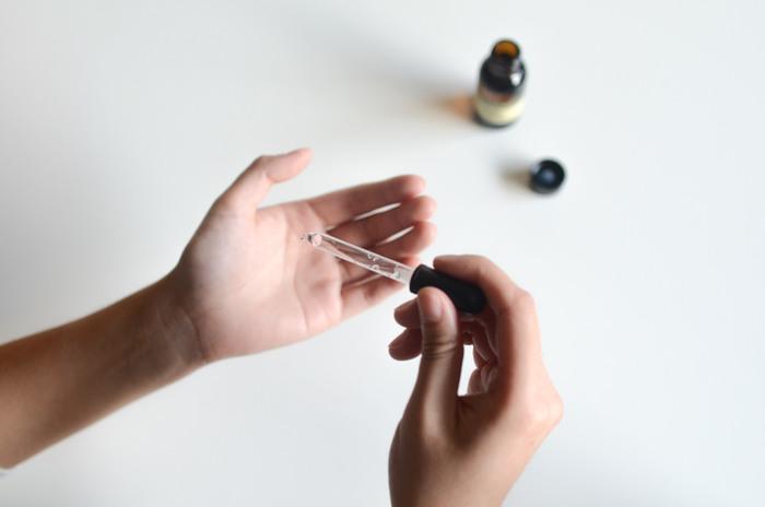 多くのピュアオイルは、化粧水前のブースターとして使用することができます。あとに使う化粧水の肌なじみをアップさせてくれます。顔が濡れている状態で塗るのがポイント。洗顔後、軽く水を切ってから塗りましょう。
