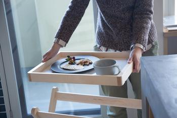 こんな風に、トレーを取り外せばお盆としてそのまま食卓に持ち運べます。