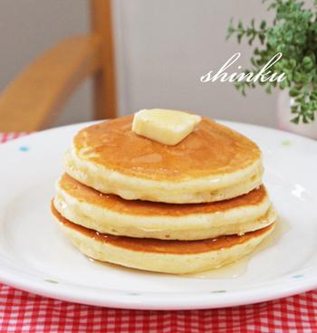 最近はホットケーキよりパンケーキに人気が集まっていますが、そもそもどちらも小麦粉、卵、牛乳、砂糖、ベーキングパウダーなどを混ぜて焼いたもの。厳密な定義はないそうですが、パンケーキはホットケーキよりも薄く、甘さが控えめで卵料理などと一緒に食べる食事系のものを言うそう。でも昭和のおやつと言えば、やっぱりホットケーキですよね。生地も昔を懐かしんでおうちにある材料で作りませんか?