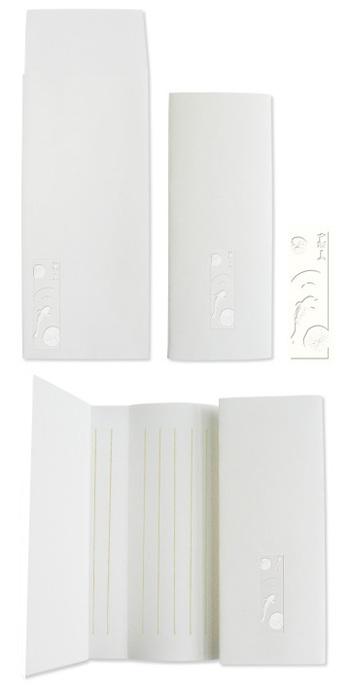 扱われている便箋は、上質な白一色のもの。光にかざすと柄や罫線が透けるタイプや、改まった席にも相応しい巻き箋タイプのものがあります。こちらは蓮ニ鯉の柄が浮き上がる、美しい巻き箋です。