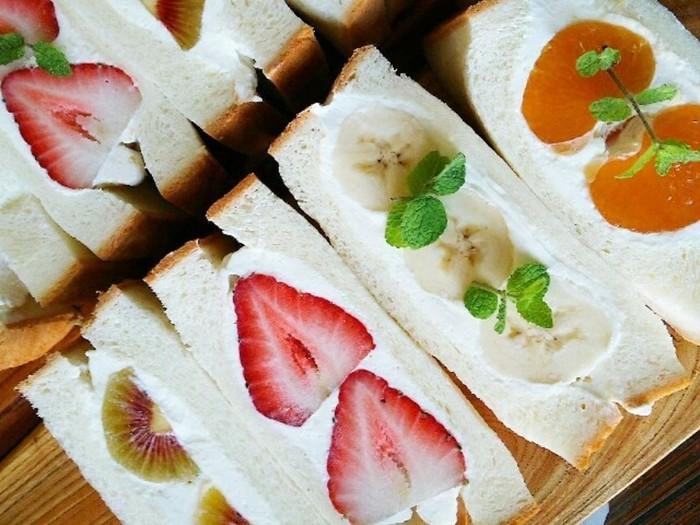 イチゴにバナナ、オレンジにキウイ、1種類のフルーツをシンプルに並べたルーツサンドも絵になる可愛らしさです。