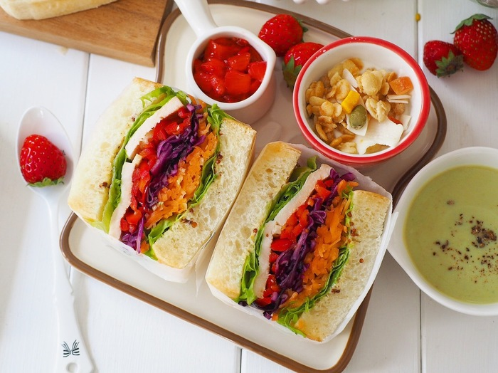 ふんわりパンにカラフルできれいな野菜がぎゅっと詰まったわんぱくサンド。美味しそうで食欲をそそります。