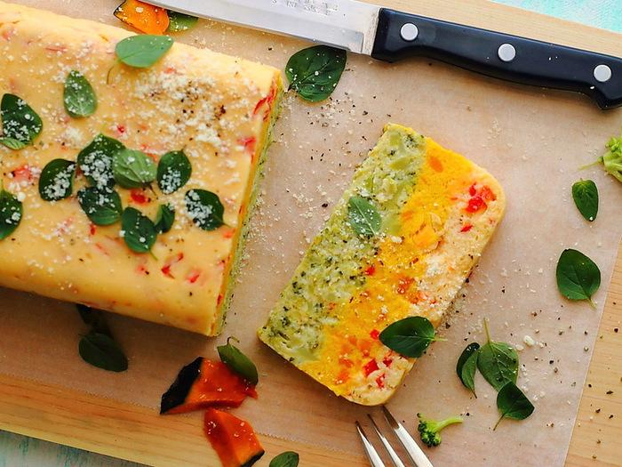 鮮やかな野菜とはんぺんを使ったふわふわのテリーヌ。断面がとってもきれいで、テーブルに映えますね。
