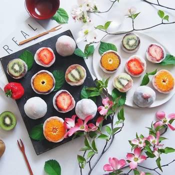 季節に合わせたフルーツが楽しめるフルーツ大福。フルーツが丸ごと入ったフルーツ大福は、断面が可愛らしく華やかです。