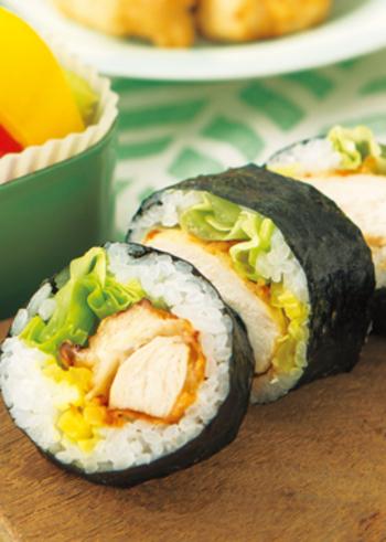ちょっぴり変わり種で、レタスや唐揚げを巻き寿司にするのもお洒落です。