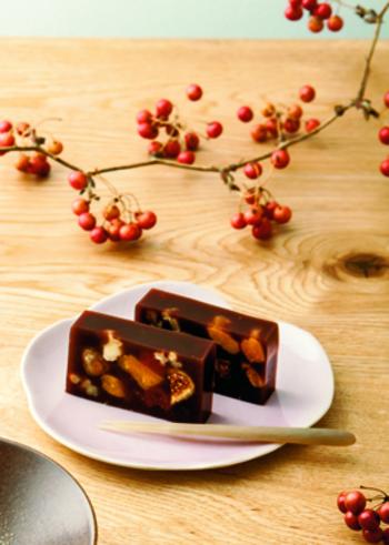 ドライフルーツと木の実のようかん。断面から見える、ドライイチジクやナッツが、口に入れた時の食感を連想させます。落ち着いた上品な美しさ。