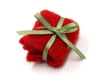 3.最後にオーナメントを作り、飾り付けます。こちらは赤いフェルトを折りたたんで、緑のリボンを十字に巻きつけて作った、クリスマスプレゼント。