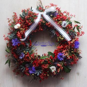 お花や木の実をふんだんに使ったリース。リボンを飾れば、かわいらしさが♪