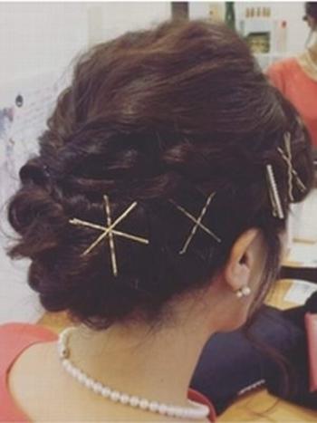 ゴールドピンを星型にするのもGOOD!パーティスタイルの編み込みに愛らしさがプラスされます。