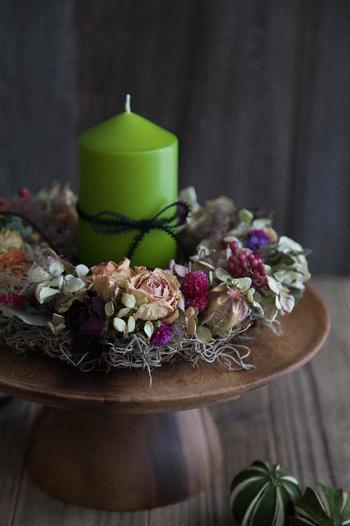 グリーンのキャンドルは、よりクリスマスらしい雰囲気。フルーツ皿の上にリースとキャンドルを飾れば、ちょっぴり特別な空間に♪