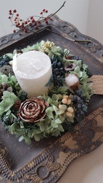 キャンドルをリースで囲む飾り方も素敵。アジサイの花、ジュニパー、ライスフラワーのリースは、静謐なクリスマスの夜をしっとりと照らしてくれそうです。