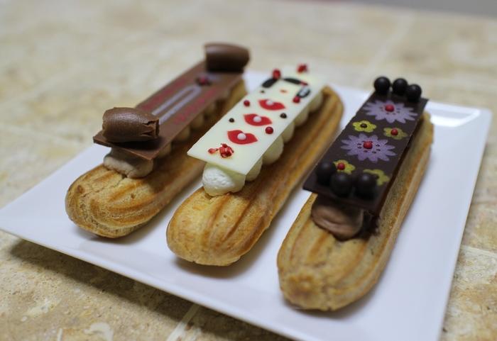 もうひとつの人気商品は、京都らしく(おちょぼ口でいただける)小さめの「ちょこっとエクレア」♪とってもかわいいチョコレートプレートは、食べるのがもったいないくらいですね。外はサクサクの生地、中はなめらかなクリームの軽い食感が魅力です。