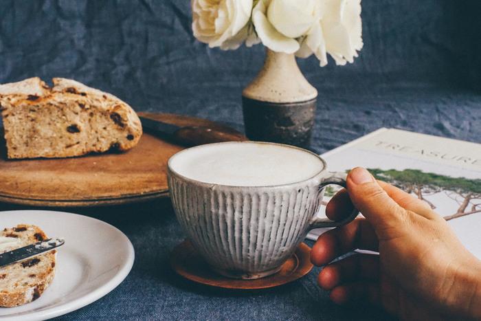 戸津圭一郎さんの縞スープカップは、細かいしのぎが美しく、手に取るとほっと温もりが感じられます。和と洋のどちらの雰囲気にも合いますよ。温かい飲み物をたっぷりと注いで飲みたいですね♪