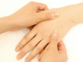 ハンドクリームを塗った後は、マッサージにおすすめのタイミング。ハンドクリームですべりが良くなっているので、指の腹や関節を使ってマッサージをしてみましょう。  手が温かくなるだけでなく、肌や爪に必要な栄養が届きやすくなるので、つるすべ手肌に近づけますよ。