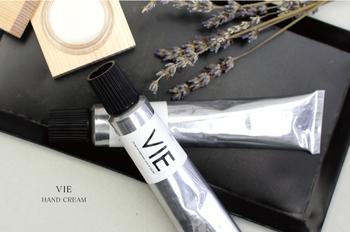■VIE ヴィー ハンドクリーム   敏感肌でも安心して使える、植物性成分のみで作られたハンドクリーム。シアバターやホホバオイルなどの天然の保湿成分が肌にしっとりなじみ、手を優しく保湿してくれます。