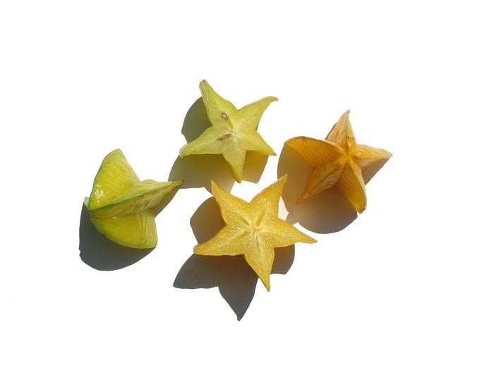 輪切りにすると星の形になるスターフルーツ。実物を目にする機会や、口にする機会は少ないフルーツだけど、星形の断面がとにかく可愛い。そのまま食べたり、サラダや砂糖漬けにして食べるんだそう。淡く酸味があるそうですよ。