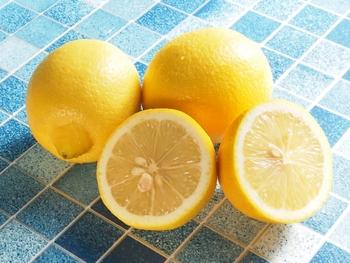 爽やかで香りがいい身近なフルーツ、レモン。みずみずしくレモンの香りを思い出す断面。口の中が酸っぱくなっちゃいますね。