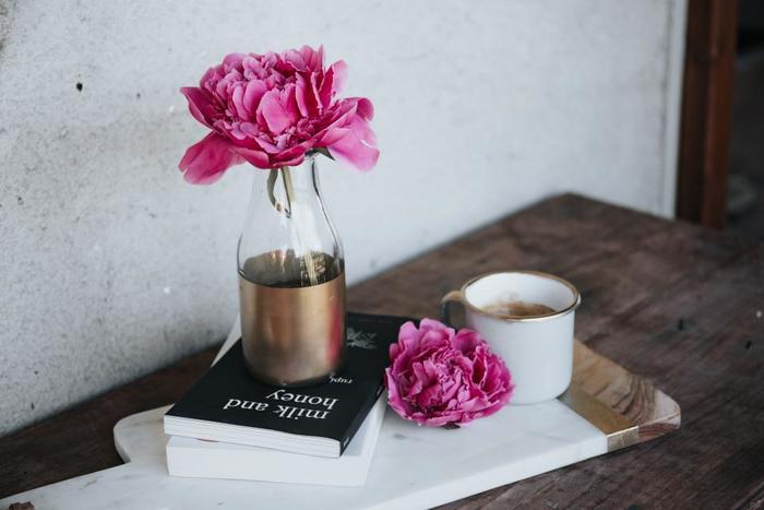 横置きにした本の上に雑貨や小物を置くと、写真に収めたくなるようなディスプレイに。本の上に物を置くことで重みが増し、ブックエンドとしても安定感が増します。